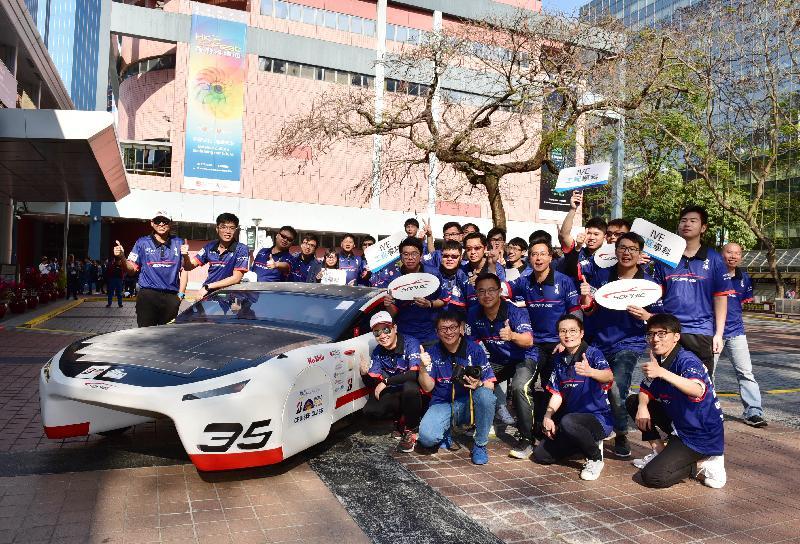 香港科學館明日(三月十三日)至九月十二日舉行全新展覽「SOPHIE——IVE的太陽能車驅動未來」。圖示SOPHIE VI太陽能車昨日(三月十一日)從香港專業教育學院青衣院校駛至香港科學館作短期展出。