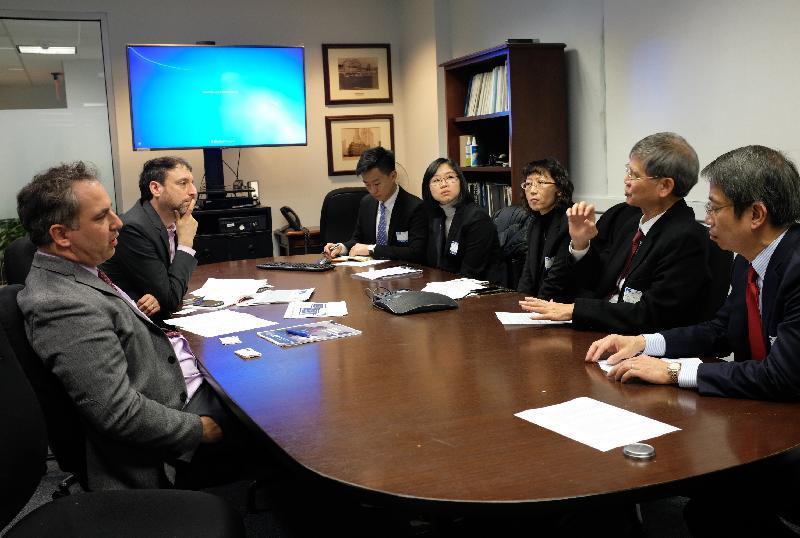 劳工及福利局局长罗致光博士於三月十三日(纽约时间)联同代表团展开在纽约的访问行程。图示罗致光博士(右二)与纽约市长经济机遇办公室行政总监Matthew Klein(左一)会面,就扶贫政策交换意见。