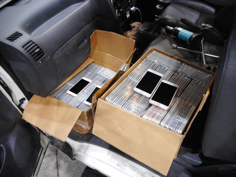 香港海关昨日(三月十三日)在落马洲管制站一辆出境轻型货车车厢内检获一千一百零六部怀疑走私智能电话,估计市值约二百五十万元。