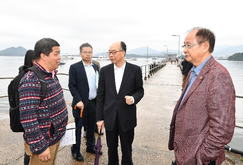 运输及房屋局局长陈帆(右二)今日(三月十四日)下午到访西贡区期间,到早禾坑码头了解该处的设施。