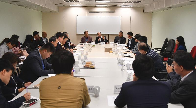 运输及房屋局局长陈帆(后排右二)今日(三月十四日)下午到访西贡区,并与西贡区议会主席吴仕福(后排右三)及区议员会面。旁为西贡民政事务专员赵燕骅(后排右一)。