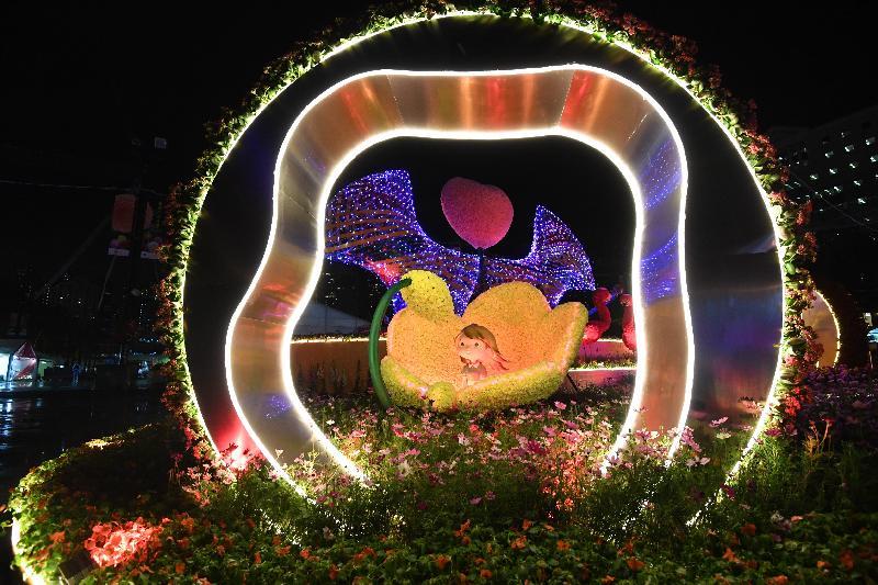二零一八年香港花卉展覽(花展)明日(三月十六日)至三月二十五日,在維多利亞公園舉行。今年花展的主題花是「大麗花」,以「心花放」為主題。會場中軸線的園林造景在每晚七時三十分及八時三十分會有十分鐘的燈光匯演,令人賞心悅目。