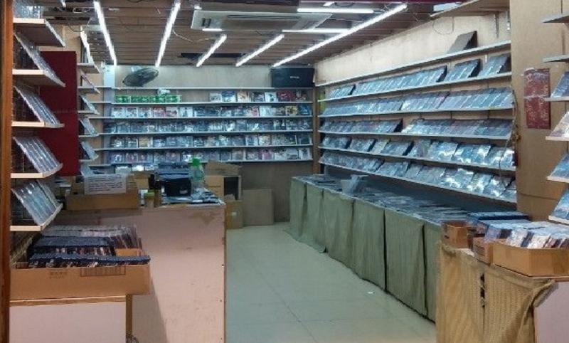 香港海關昨日(三月十四日)在油麻地及旺角採取反盜版行動,從四間店鋪檢獲約一萬七千隻懷疑盜版光碟和約八千隻懷疑色情光碟,估計市值約七十萬元。