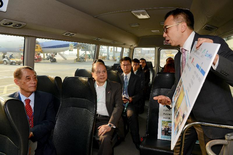 政務司司長張建宗(左二)今日(三月十五日)在離島區議會主席周玉堂(左一)陪同下到訪機場島,並聽取有關香港國際機場社區投資項目「EXTRA MILE里‧想高飛」的簡介。