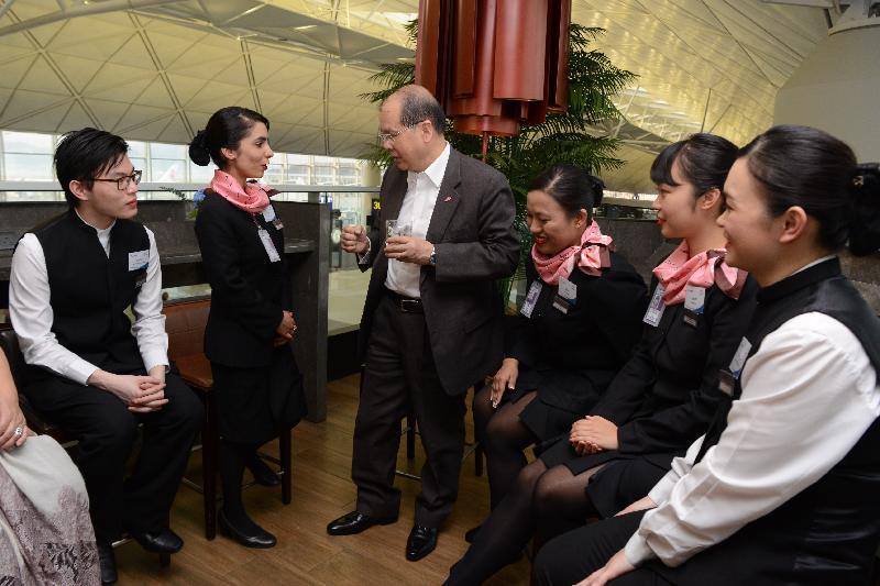 政務司司長張建宗今日(三月十五日)與香港國際機場社區投資項目「EXTRA MILE里‧想高飛」參加者會面。圖示張建宗(左三)聽取參與該項目下「工作x假期@大嶼山」計劃的青年人及「先鋒」計劃的非華語人士分享體驗。