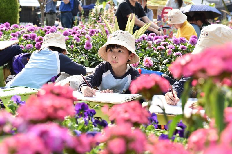 每年一度的賞花盛事香港花卉展覽今日(三月十六日)在維多利亞公園開幕,展出約四十萬株花卉。今日舉行的學童繪畫比賽吸引二千四百名學生參與。