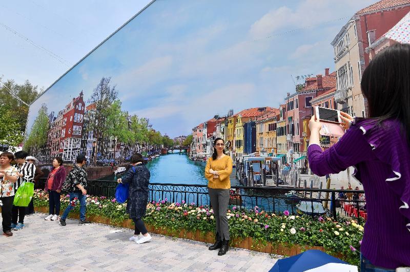 每年一度的賞花盛事香港花卉展覽今日(三月十六日)在維多利亞公園開幕,展出約四十萬株花卉。圖為以小城風光為背景的拍照景點。