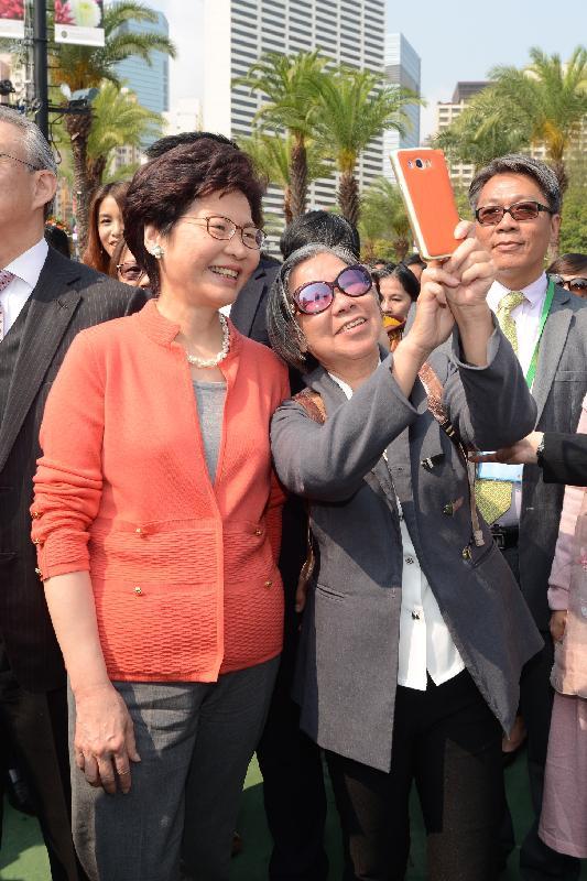 行政長官林鄭月娥今日(三月十六日)出席二零一八年香港花卉展覽開幕典禮。圖示林鄭月娥(左)參觀展覽期間與市民合照。