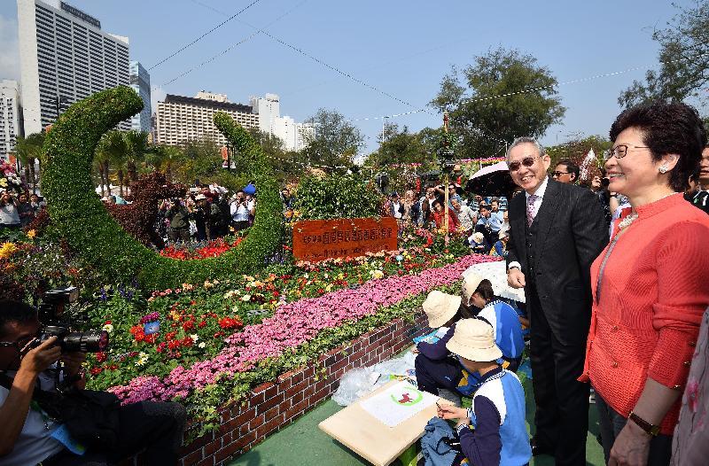 行政長官林鄭月娥今日(三月十六日)出席二零一八年香港花卉展覽開幕典禮。圖示林鄭月娥(右一)和香港賽馬會副主席周永健(右二)參觀展覽。