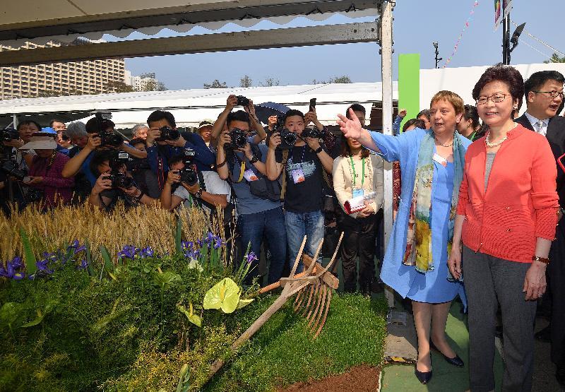行政長官林鄭月娥今日(三月十六日)出席二零一八年香港花卉展覽開幕典禮。圖示林鄭月娥(右一)參觀展覽,並聽取荷蘭駐香港總領事呂安微(右二)介紹展品。