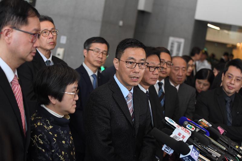 教育局局長楊潤雄(前排左三)今日(三月十六日)出席基本能力評估及評估素養統籌委員會會議後在政府總部東翼大堂會見傳媒。
