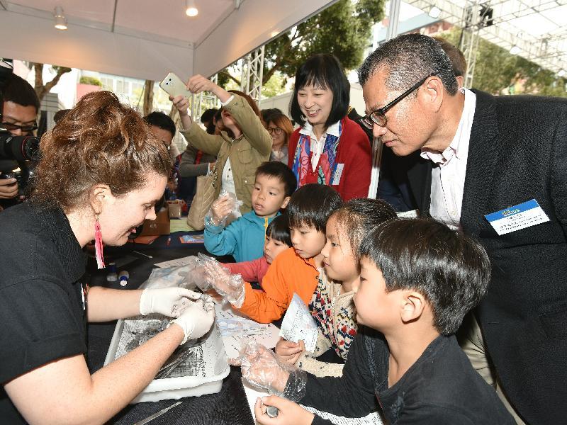 財政司司長陳茂波今日(三月十七日)出席「2018香港科學節」開幕典禮。圖示陳茂波(後排右一)參觀「玩轉科學嘉年華」攤位。