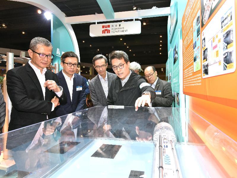 財政司司長陳茂波今日(三月十七日)出席「2018香港科學節」開幕典禮。圖示陳茂波(左一)參觀「玩轉科學嘉年華」內路政署的攤位。