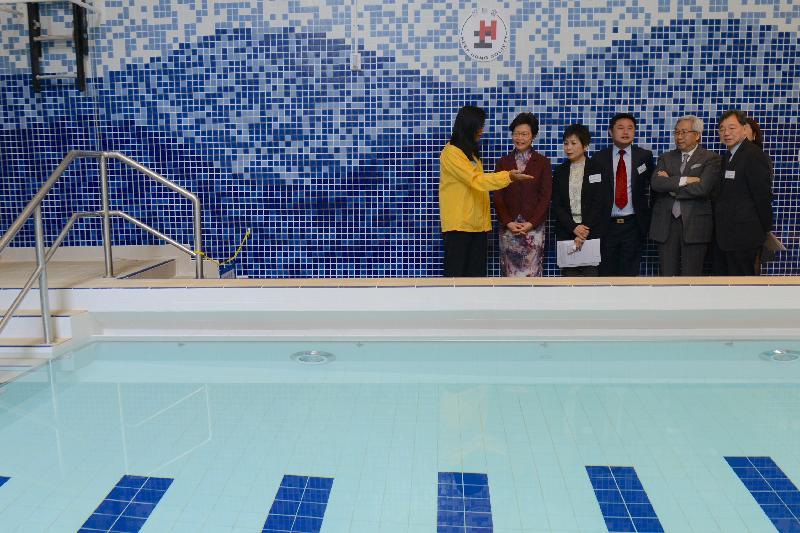 行政長官林鄭月娥今日(三月十七日)在薄扶林出席協康會綜合服務大樓開幕典禮。圖示林鄭月娥(左二)參觀大樓內的設施。