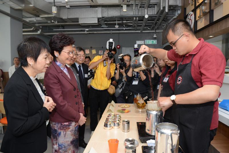 行政長官林鄭月娥今日(三月十七日)在薄扶林出席協康會綜合服務大樓開幕典禮。圖示林鄭月娥(左二)參觀大樓。