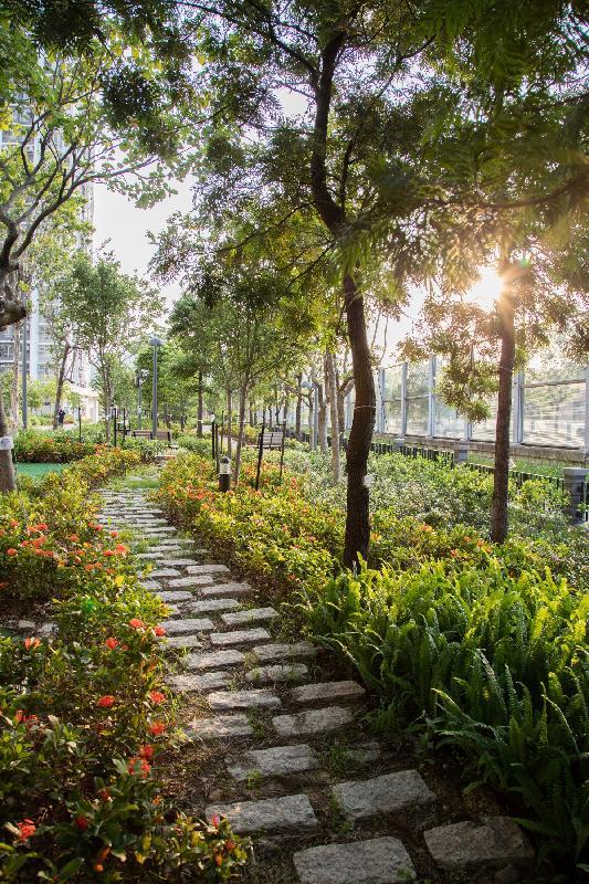 洪福邨內的自然步行徑以曾為路旁花圃圍牆的花崗岩鋪設,將花崗岩循環再用,既環保又與四周環境自然融合。