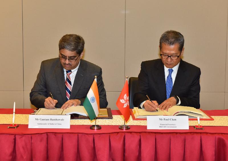 財政司司長陳茂波(右)和印度駐華大使Gautam Bambawale(左)今日(三月十九日)簽署全面性避免雙重課稅協定。
