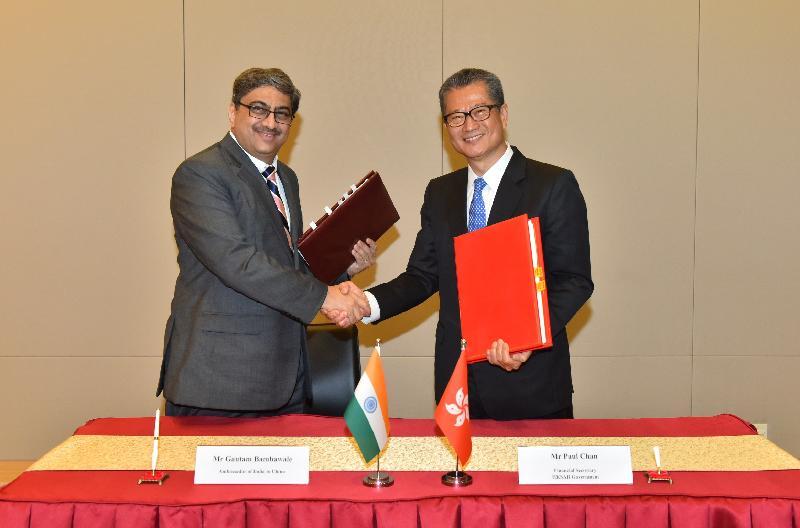 財政司司長陳茂波(右)和印度駐華大使Gautam Bambawale(左)今日(三月十九日)在簽署全面性避免雙重課稅協定後交換文件。