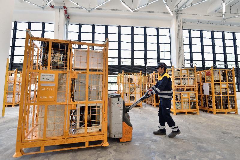 位於屯門環保園的廢電器電子產品處理及回收設施WEEE‧PARK由政府斥資興建,透過除毒、拆解和循環再造等工序,把廢電器電子產品轉化為有價值的分類物料,同時為今年稍後全面實施的廢電器電子產品生產者責任計劃提供所需設施。