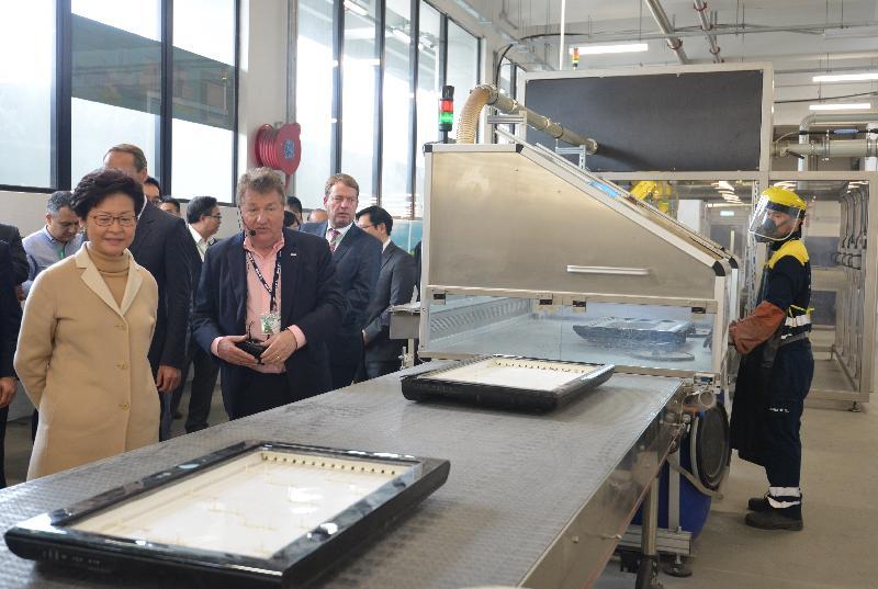 行政長官林鄭月娥今日(三月十九日)出席廢電器電子產品處理及回收設施WEEE·PARK開幕典禮。圖示林鄭月娥(左一)參觀設施。