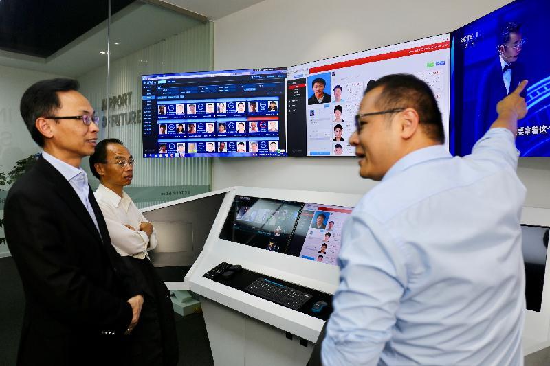 政制及內地事務局局長聶德權(左)今日(三月十九日)參觀南沙一家信息科技公司,並聽取公司人員講解人臉識別技術的應用。