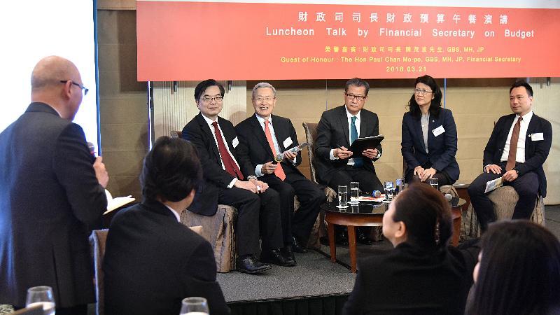財政司司長陳茂波(右三)今日(三月二十一日)在香港專業聯盟舉辦的「財政司司長財政預算午餐演講」和與會者交流意見。