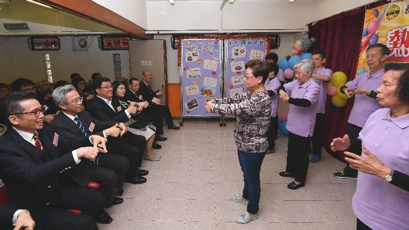 公務員事務局局長羅智光今日(三月二十二日)到訪黃大仙區。圖示羅智光(左二)探訪在嗇色園主辦可富耆英鄰舍中心參加活動的長者。