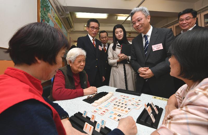 公務員事務局局長羅智光今日(三月二十二日)到訪黃大仙區。圖示羅智光(右三)在嗇色園主辦可富耆英鄰舍中心探訪長者,了解他們的生活情況和需要。