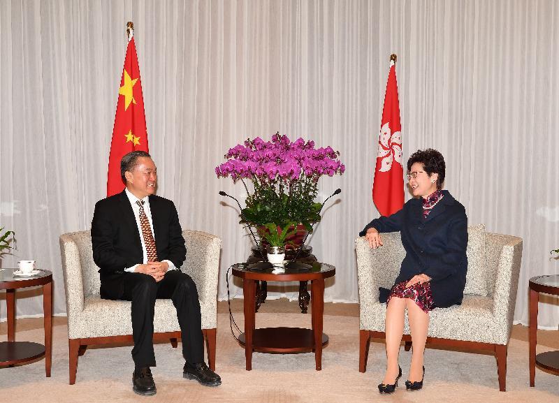 行政長官林鄭月娥(右)今日(三月二十二日)上午在行政長官辦公室與惠州市委書記、市人大常委會主任陳奕威(左)會面。