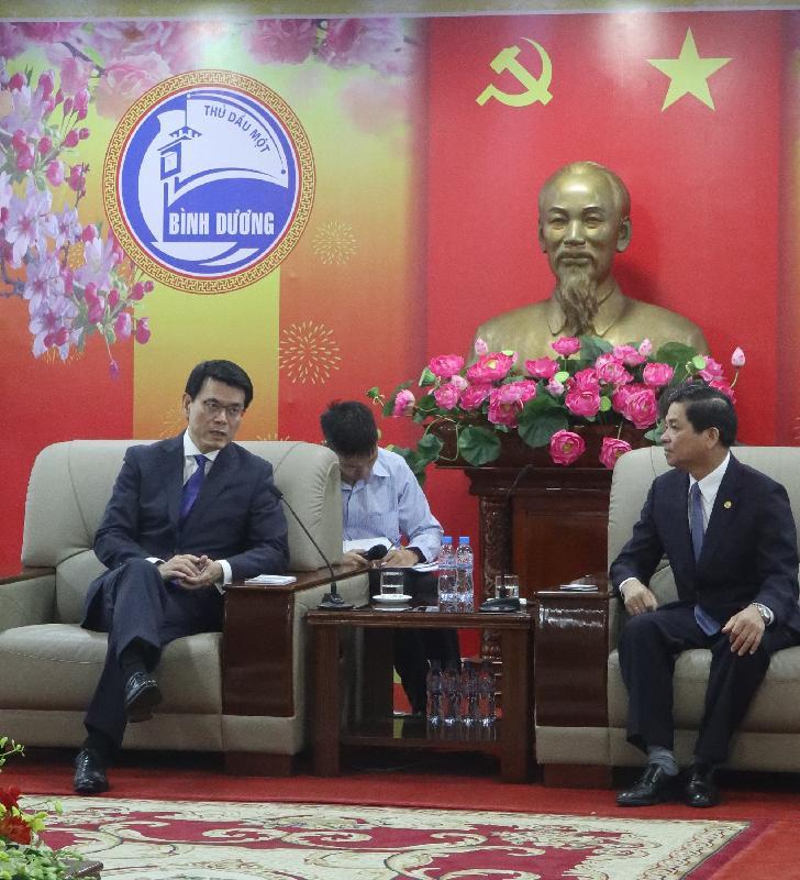 商務及經濟發展局局長邱騰華正率領由香港商界人士和專業服務提供者組成的代表團訪問越南。圖示邱騰華(左一)今日(三月二十二日)在胡志明市與平陽省副省長Tran Thanh Liem(右一)會面。