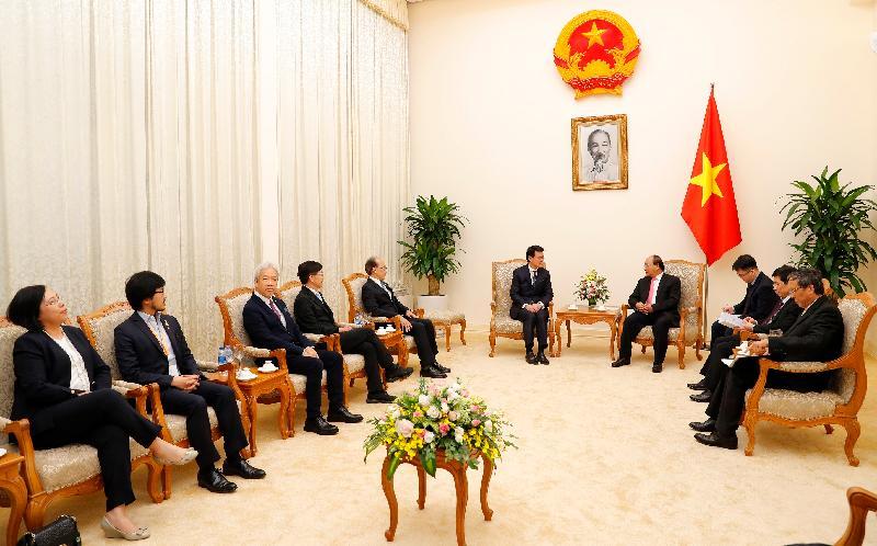 商務及經濟發展局局長邱騰華正率領由香港商界人士和專業服務提供者組成的代表團訪問越南。圖示邱騰華(左六)和部分代表團成員今日(三月二十二日)在河內與越南總理阮春福(右四)會面。