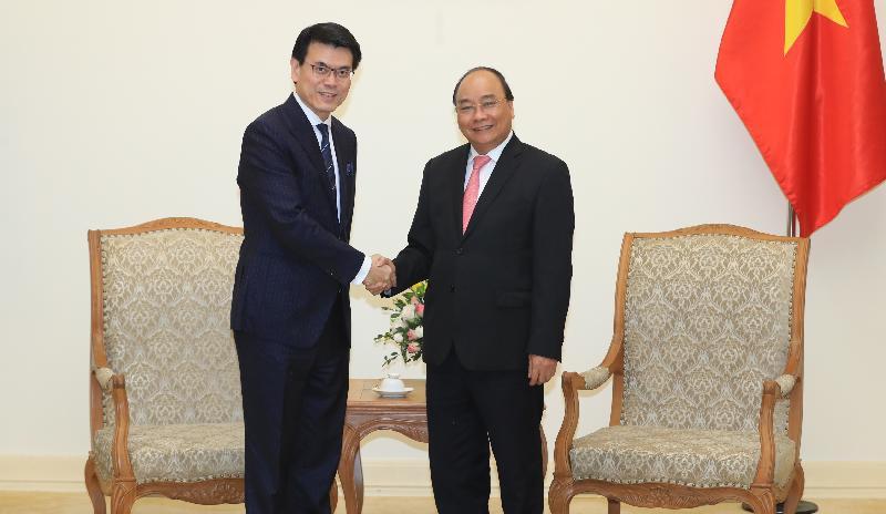商務及經濟發展局局長邱騰華正率領由香港商界人士和專業服務提供者組成的代表團訪問越南。圖示邱騰華(左)今日(三月二十二日)在河內與越南總理阮春福(右)會面。