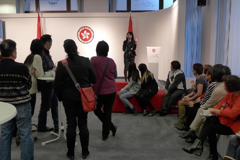 香港駐柏林經濟貿易辦事處處長何小萍三月十九日(柏林時間)在柏林的新春聚會致歡迎辭。