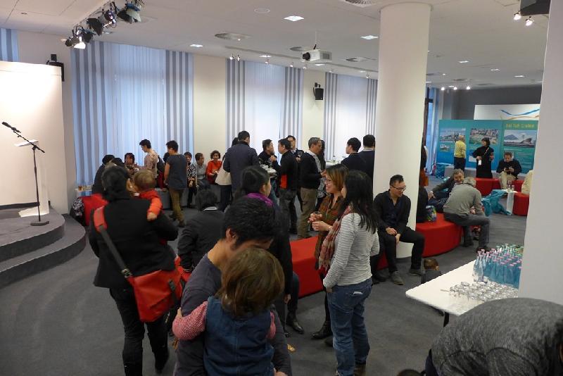 在柏林的港人三月十九日(柏林時間)於香港駐柏林經濟貿易辦事處的新春聚會上交流。