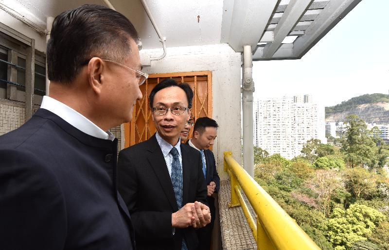 政制及內地事務局局長聶德權(左二)今日(三月二十三日)到訪觀塘區,並重遊舊居坪石邨,回憶兒時生活的點滴。