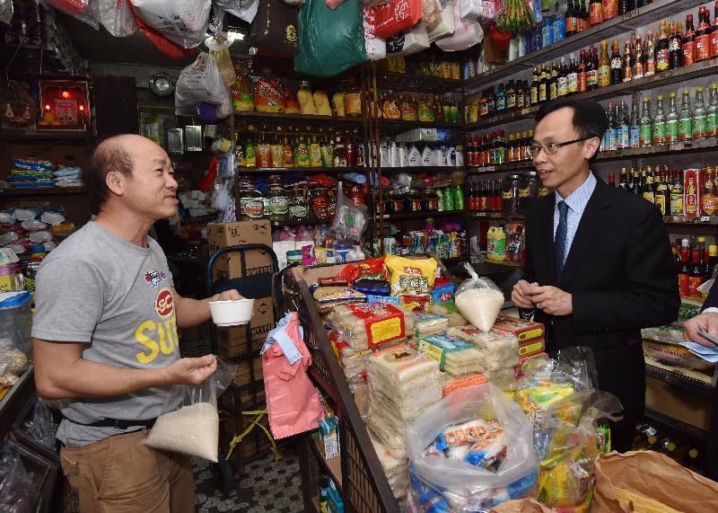 政制及內地事務局局長聶德權(右)今日(三月二十三日)到訪觀塘區,並重遊舊居坪石邨,與舊街坊閒話家常。