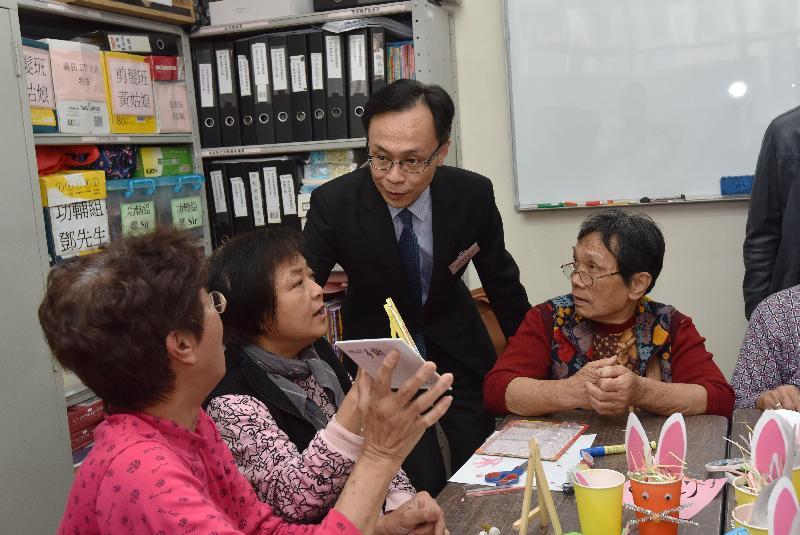 政制及內地事務局局長聶德權(右二)今日(三月二十三日)參觀觀塘宏施慈善基金社會服務處,與參與服務處活動的長者交談。