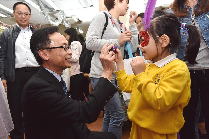 政制及內地事務局局長聶德權(左)今日(三月二十三日)參與觀塘宏施慈善基金社會服務處為新來港家庭舉辦的活動,並與小孩子玩遊戲。