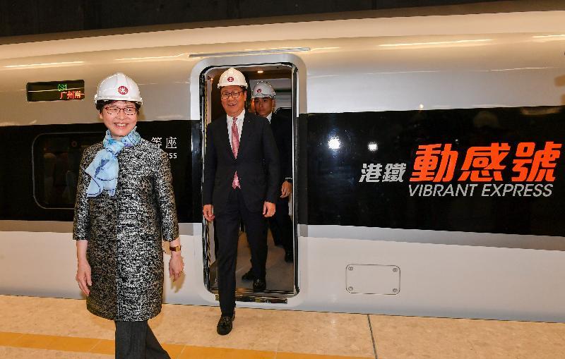 行政長官林鄭月娥今日(三月二十三日)出席廣深港高速鐵路(高鐵)香港段項目主要工程竣工典禮。圖示林鄭月娥(左一)乘坐高鐵由石崗列車停放處抵達高鐵西九龍站。