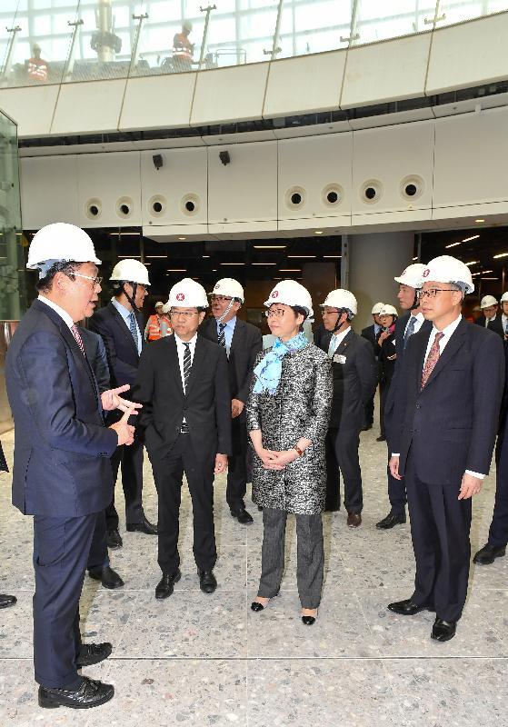 行政長官林鄭月娥今日(三月二十三日)出席廣深港高速鐵路(高鐵)香港段項目主要工程竣工典禮。圖示林鄭月娥(右二)視察高鐵西九龍站,並了解高鐵項目的最新進度。
