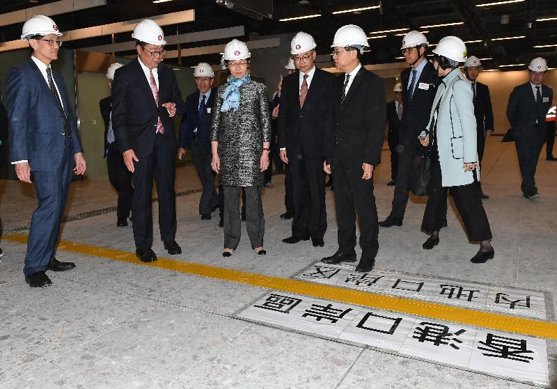 行政長官林鄭月娥今日(三月二十三日)出席廣深港高速鐵路(高鐵)香港段項目主要工程竣工典禮。圖示林鄭月娥(左三)視察高鐵西九龍站,並了解高鐵項目的最新進度。