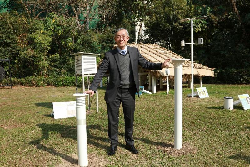 香港天文台台長岑智明今日(三月二十三日)在新聞簡報會上宣布正式啟動安裝在天文台總部的微氣候監測站。圖示岑智明介紹微氣候監測站。