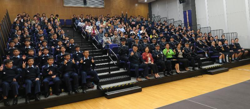 民眾安全服務隊(民安隊)少年團今日(三月二十四日)在民安隊總部舉行第108屆新團員結業會操。圖示校長與老師為少年團員打氣。