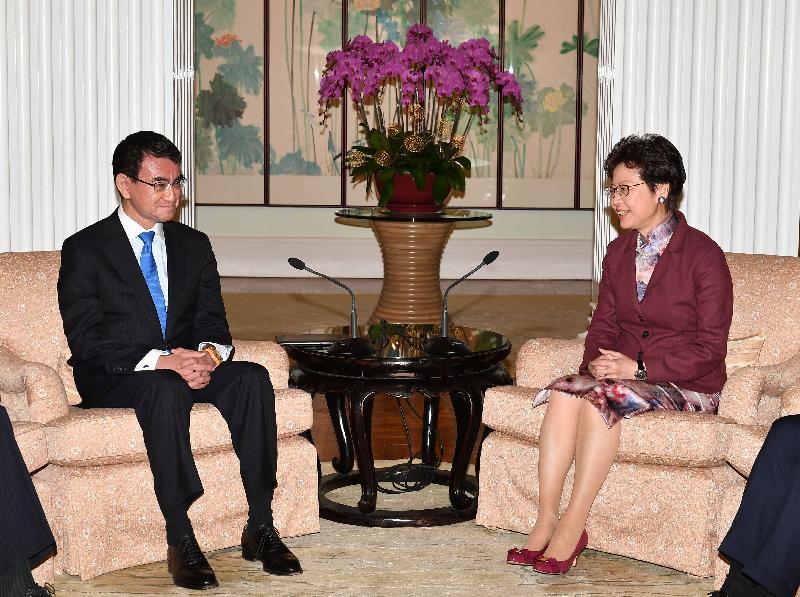 行政長官林鄭月娥(右)今日(三月二十五日)下午在禮賓府與日本外務大臣河野太郎(左)會面。