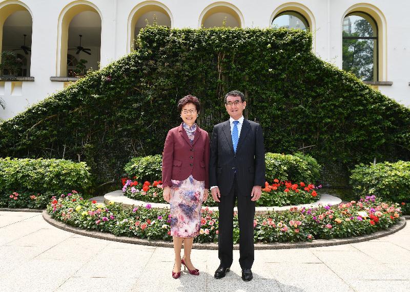 行政長官林鄭月娥(左)今日(三月二十五日)下午與日本外務大臣河野太郎(右)參觀禮賓府花園。