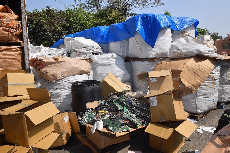 环境保护署执法人员于三月二十二日及三月二十三日联同其他部门进行联合执法行动「晴天行动」,突击巡查新界北区及元朗新田多个露天废物回收场,发现四个回收场涉嫌非法处置有害电子废物,现正调查涉案人士和搜集证据,准备提出检控。