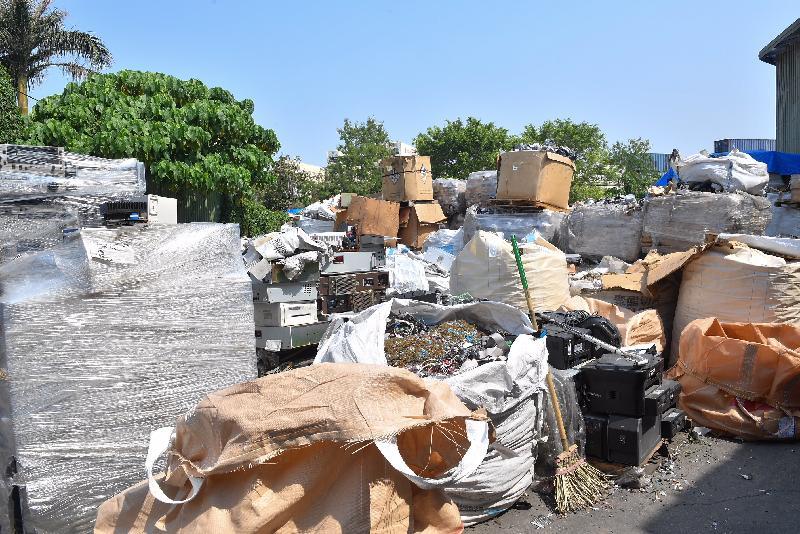 环境保护署执法人员于三月二十二日及三月二十三日联同其他部门进行联合执法行动「晴天行动」,突击巡查新界北区及元朗新田多个露天废物回收场,发现四个回收场涉嫌非法处置有害电子废物,现正调查涉案的相关人士和搜集证据,准备提出检控。
