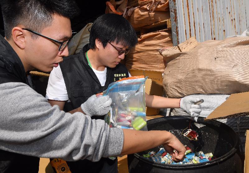环境保护署执法人员于三月二十二日及三月二十三日联同其他部门进行联合执法行动。环境保护署人员发现的有害电子废物主要为废印刷电路板、废铅酸电池及废充电电池,约有20吨,估计出口市值约200万元。
