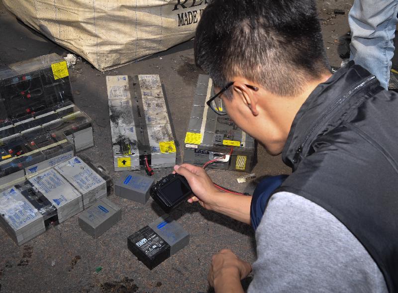 环境保护署执法人员于三月二十二日及三月二十三日联同其他部门进行联合执法行动,在涉嫌非法处置有害电子废物的回收场搜集证据。