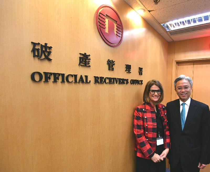 公務員事務局局長羅智光今日(三月二十七日)到訪破產管理署。圖示羅智光(右)與破產管理署署長麥錦羅(左)會面,了解部門的最新工作情況。